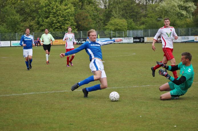 NSV'46-doelman Bas Kalshoven (rechts) laat zich vallen om een goal van Rohda'76-voetballer Wessel Sterk te voorkomen. (Archieffoto, ter illustratie).