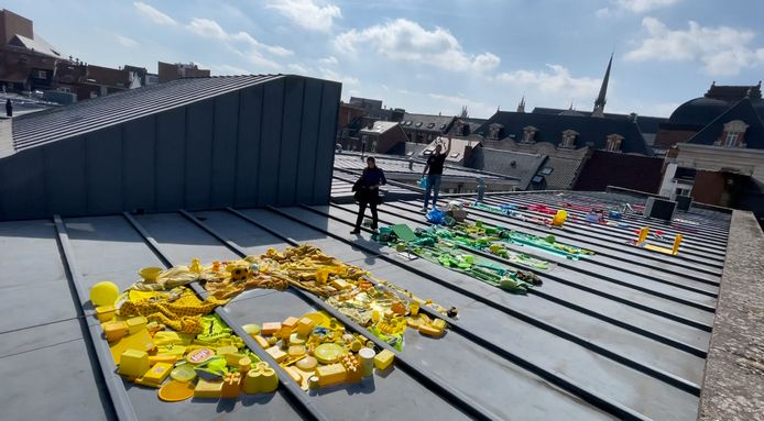 Op het dak van Tweebronnen maakten kunstenaar Hans Geyens de woorden 'Dream Big' met voorwerpen die hij kreeg van Leuvense leerlingen.