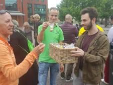 Anti-Pegida-demonstranten delen halalkoekjes uit bij moskee