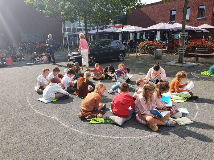 Op initiatief van de bibliotheek kwamen de 700 leerlingen van de twee basisscholen in Merksplas vrijdagmiddag samen op de Markt om er een lees-in te houden.
