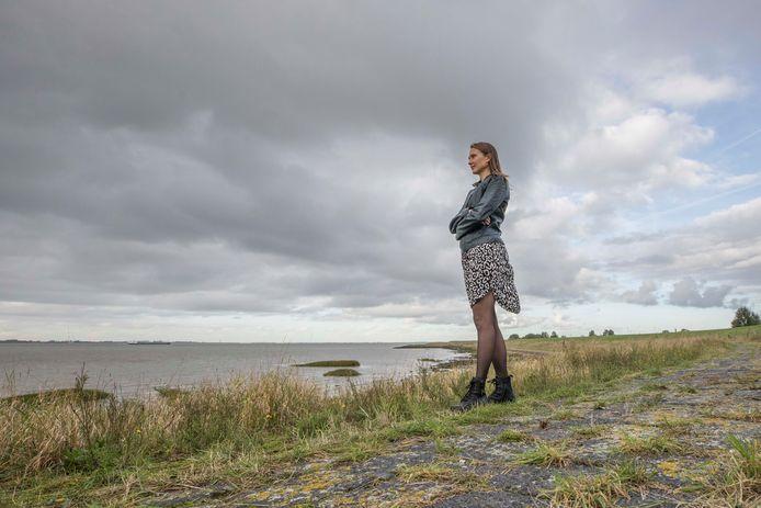 Geralda Lubbes aan de zeedijk van de Westerschelde bij Waarde.