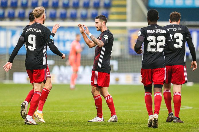 Feyenoord-spelers vieren de treffer tegen Fortuna.