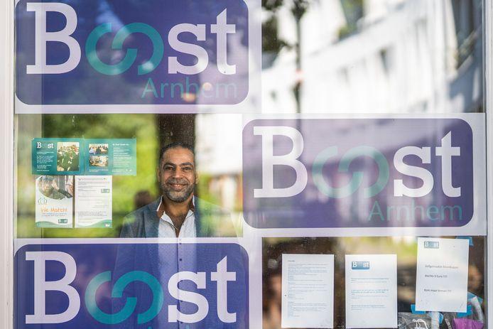 Mohammed Obeido helpt Arnhemse Vluchtelingen met zijn stichting Boost. Boost stopt volgend jaar met haar werkzaamheden.
