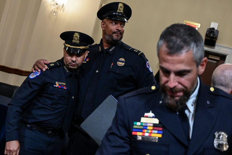 Politieagenten tijdens de hoorzitting. Beeld EPA