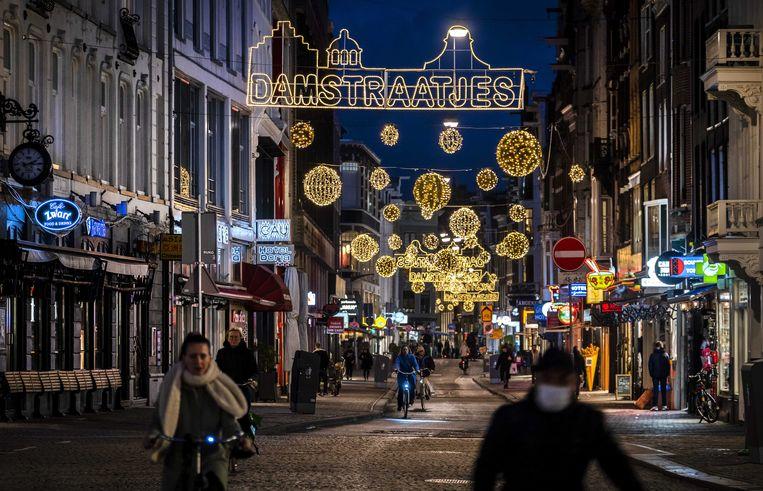 Versiering voor de feestdagen in de Amsterdamse binnenstad. De feestdagen zullen er dit jaar vanwege de coronacrisis anders uit gaan zien dan andere jaren.  Beeld ANP