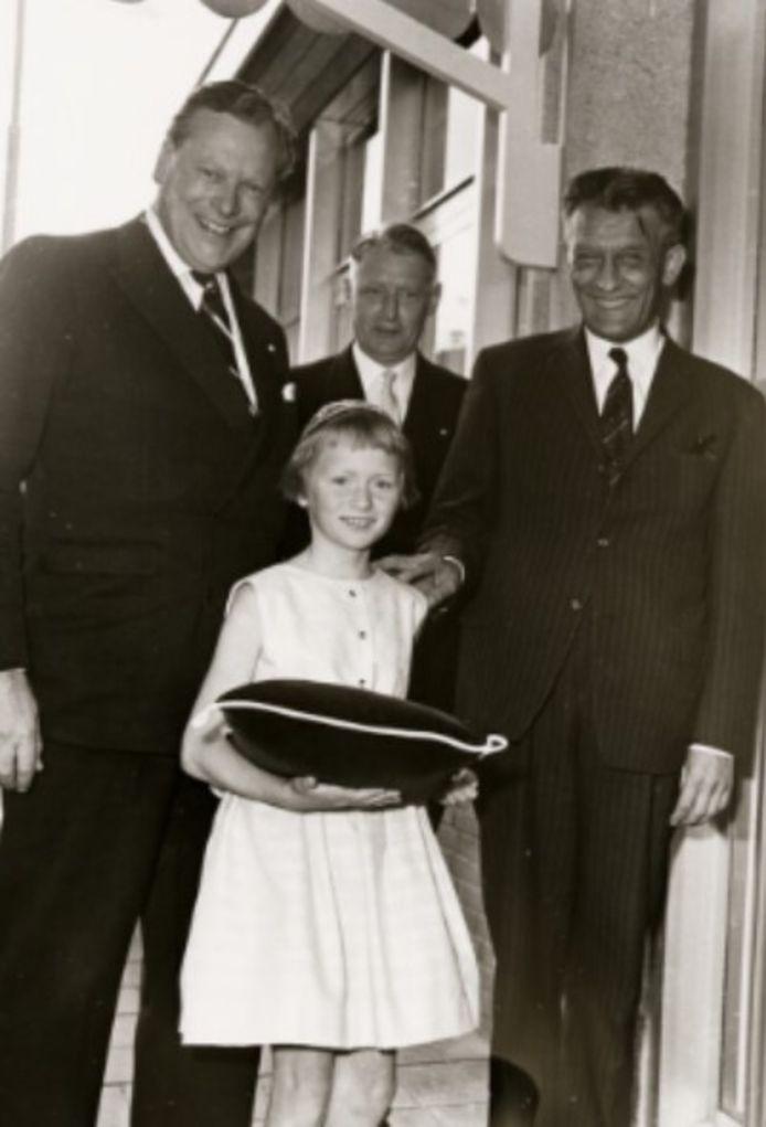 In 1962 mocht dochter Hetty Stumphius het nieuwe gebouw van de bedrijfsgeneeskundige dienst, de Verbandkamer openen. Achter haar vader dokter Stumphius, links Scheldedirecteur Hupkes, rechts staatssecretaris Roolvink.