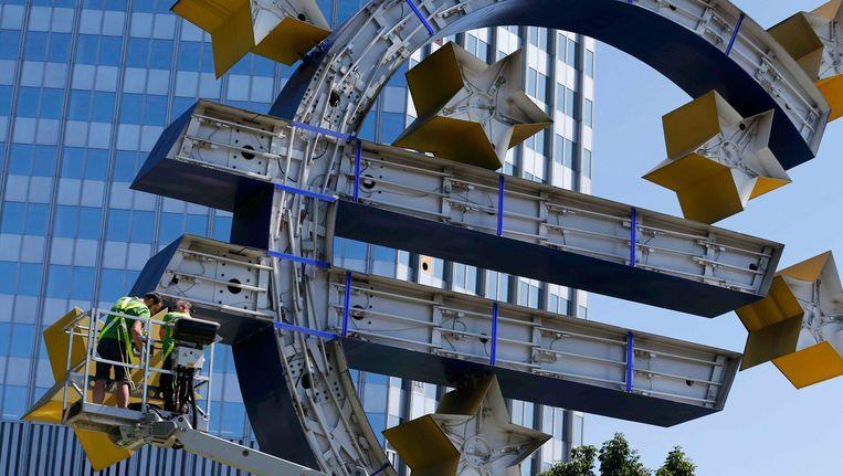 Net vandaag werd het grote euroteken voor de ECB in Frankfurt ontmanteld voor onderhoud. Beeld REUTERS