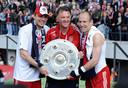 Robben in 2010 naast trainer Louis van Gaal en Mark van Bommel. De eerste van zeven landstitels op rij.