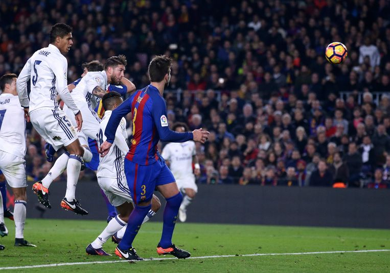 Sergio Ramos kopt de gelijkmaker binnen in FC Barcelona - Real Madrid in december 2016.