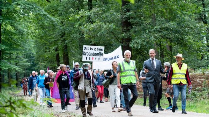 Linksaf, wijzen de boswachters, dus rechtdoor gaan de republikeinen in het Kroondomein