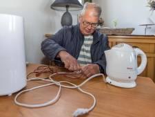 Zelfs een ontharingsmachientje wacht op een tweede leven: de mannen van het Repair Café zijn er klaar voor