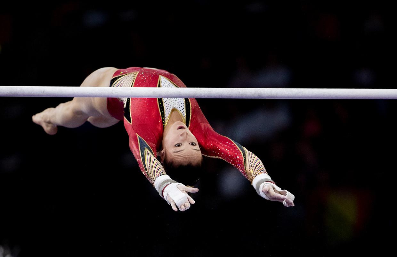Nina Derwael in actie op het onderdeel brug tijdens de WK in Stuttgart.