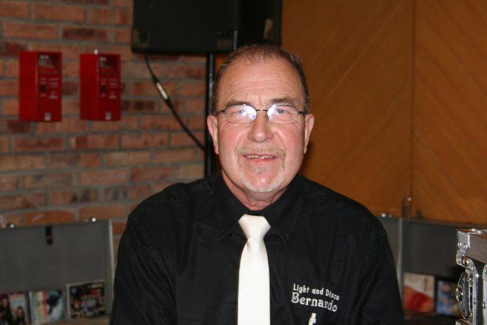 dj Bernardo (Bernard Verhaeghe) aan zijn discobar