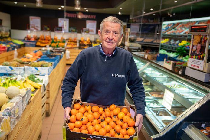 Wim Kersten met fruit dat niet uit de Betuwe afkomstig is. Foto: Erik van 't Hullenaar.