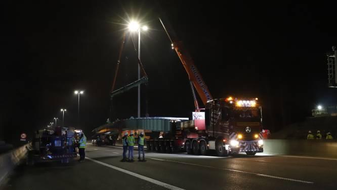 Telescopische kraan legt stalen liggers van 220 ton over E40 in Affligem: zo ging het er vrijdagnacht aan toe