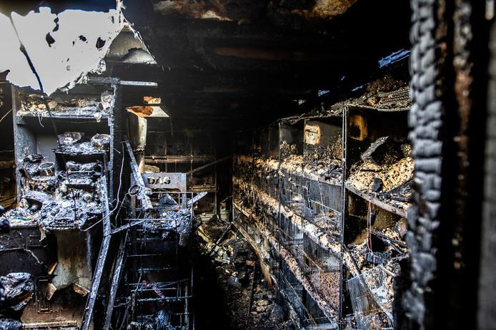 De brand verwoestte een volière met 300 vogels in Deventer.