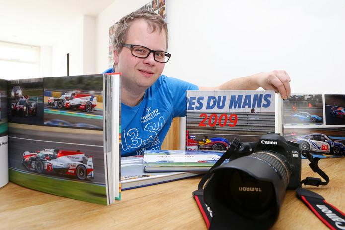 Richard Kortland met zijn camera en een deel van zijn fotoboeken.