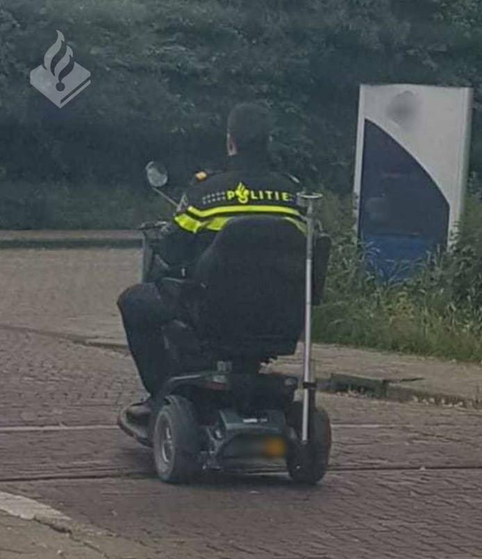 Een agent reed de scootmobiel terug naar de woning van de man.