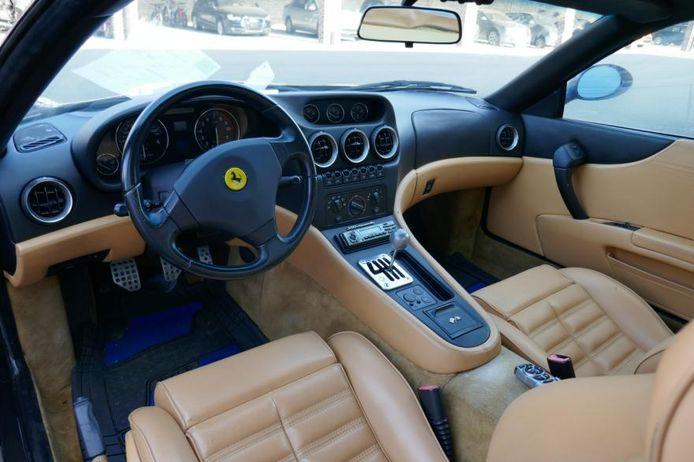 Het luxe-interieur van de Ferrari.