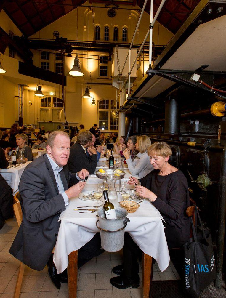 Vaste gasten Bert en Joan komen elke week oesters eten Beeld Jorgen Caris