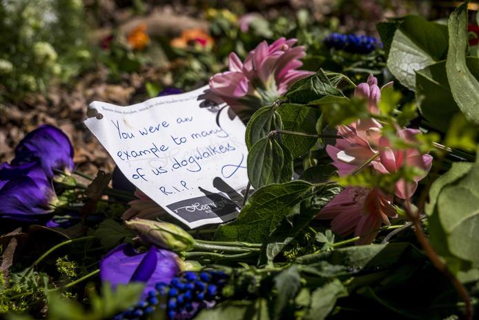 Bloemen op de plek waar een 56-jarige vrouw op gewelddadige wijze om het leven is gekomen.