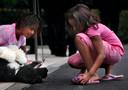 Sasha en Malia spelen met Bo in september 2009.