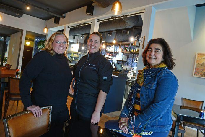 Bedrijfsleider Maartje Vos (l),  chefkok Maud Horstik en eigenaar Estrella van Liere van Studio 16.