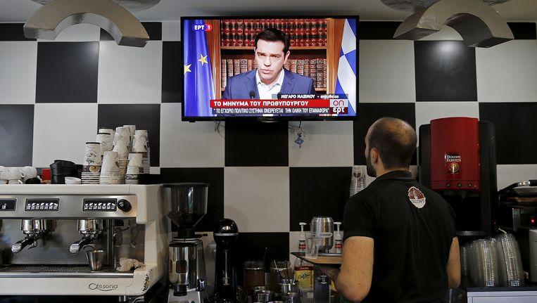 In een koffiebar wordt gekeken naar de toespraak van premier Tsipras. Beeld REUTERS