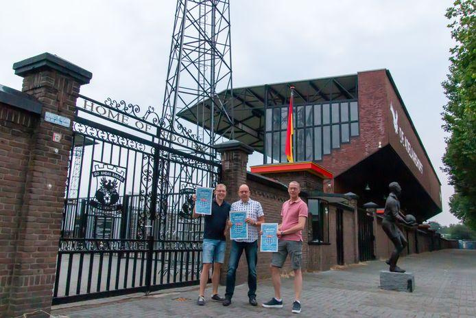 Erik, Wilko en Dick van Munster (vlnr) voor het stadion van hun grote rivaal Go Ahead Eagles.