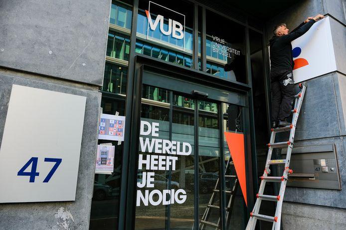 Studenten van VUB nemen gebouw in Europese wijk in gebruik: de laatste hand wordt gelegd aan de ingang.