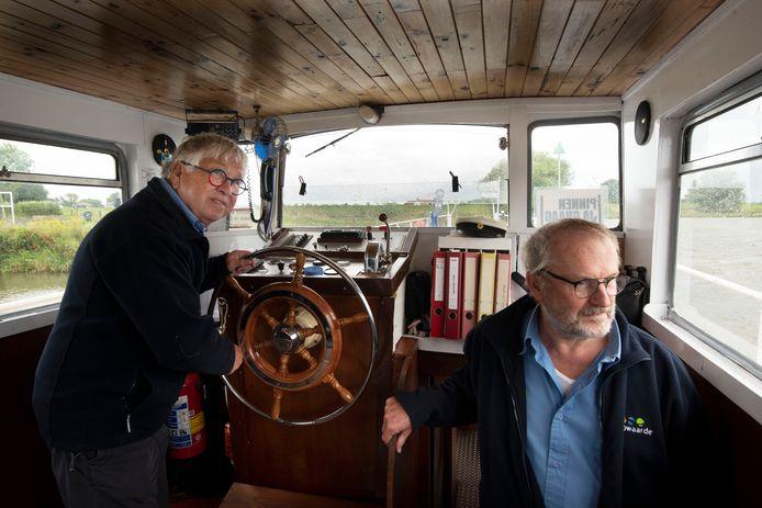 Bert Kämink en Jan Roos in de kajuit van de RheLie die vaart tussen Rhenen en Lienden.