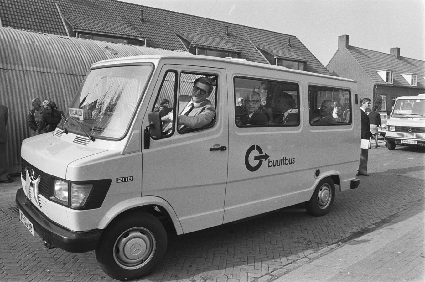 Minister Westerterp achter het stuur van de eerste buurtbus van Nederland in Berkenwoude.