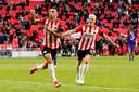 Eran Zahavi en Philipp Max vieren de 1-0 van PSV tegen FC Groningen.