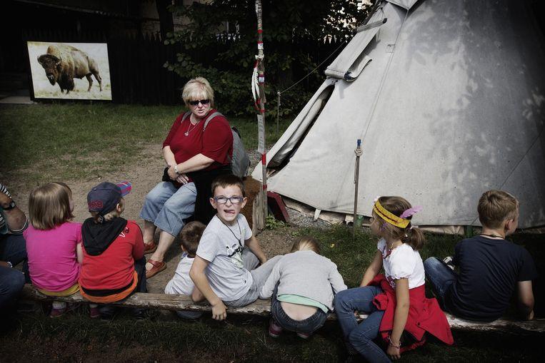 Kinderen en hun lerares bij een tipi. Beeld Daniel Rosenthal
