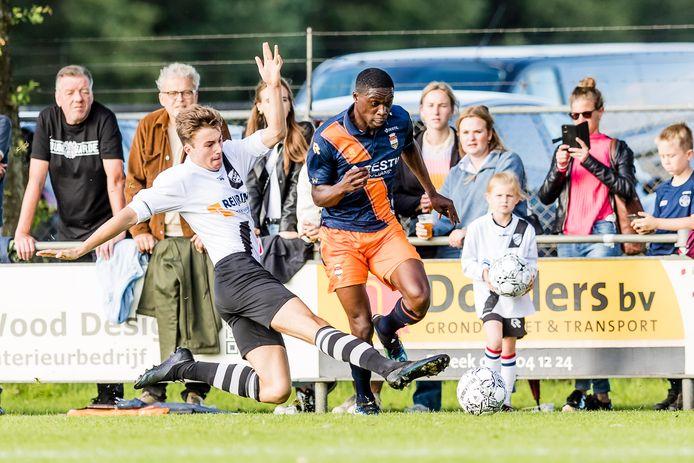 """Op 6 juli speelde RKDSV een vriendschappelijke wedstrijd tegen Willem II. ,,Ouderwets gezellig was het"""", vond voorzitter Frans Bruinsma van RKDSV."""