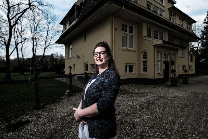 Jacquelien Koerhuis bij Villa De Ooijman, waar ze 24 uur per week werkt.