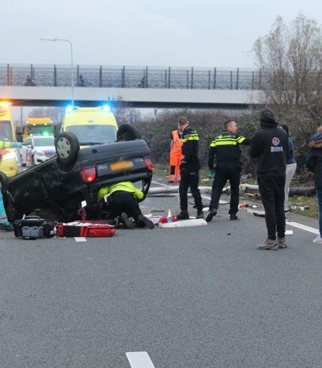 Auto slaat over de kop op A4 bij Rijswijk: Flinke file door afzetting van drie rijstroken richting Rotterdam