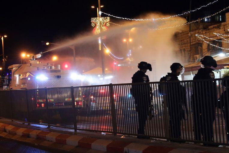 De Israëlische politie maakte onder meer gebruik van een waterkanon om de Palestijnse betogers in toom te houden. Beeld AP