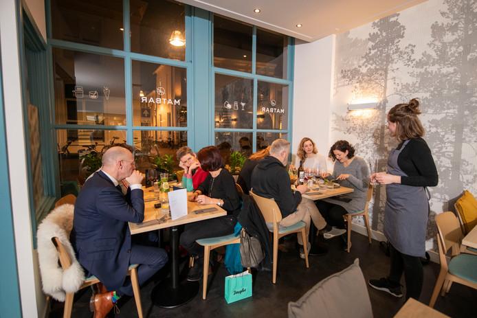 Veel hout, fris interieur en goed Scandinavisch eten bij Restaurant Matbar in Zwolle.