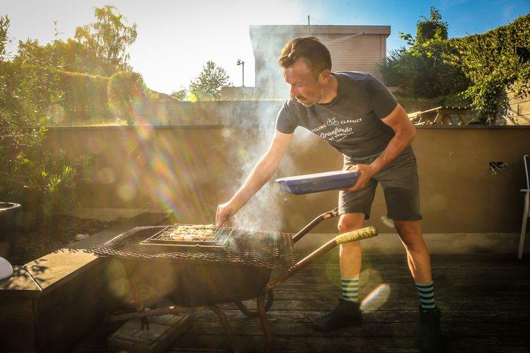 Op het terras steekt Wim zijn 'kruiwagenbarbecue' aan. Gemarineerde scampi's, geserveerd met verse rucola, pijnboompitjes, parmezaan... Als er ooit weer een vrouw in z'n leven landt, is ze verzekerd van een verfijnde kok.