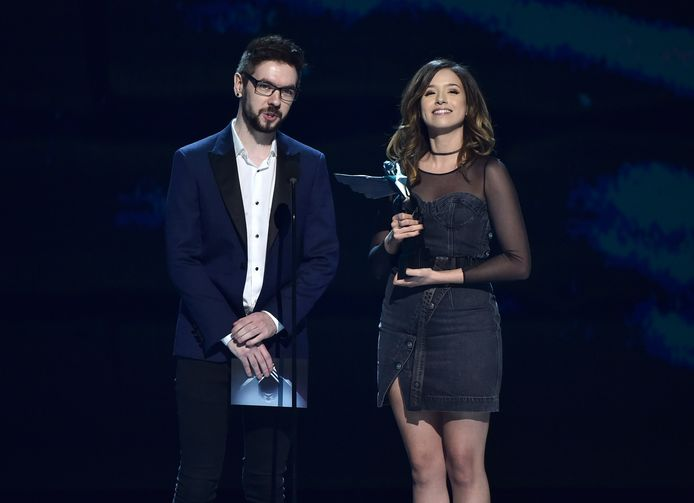Pokimane samen met YouTuber JackSepticEye tijdens de Game Awards in 2018.