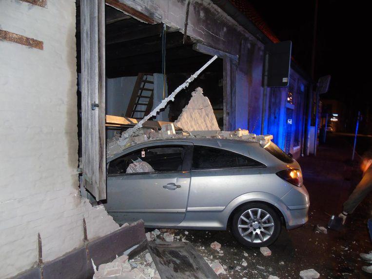 De auto reed op het kruispunt rechtdoor en knalde dwars door de gevel van de woning.