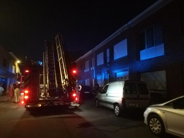 De brandweer kwam ter plaatse maar deed enkel nazicht. De bewoners kregen de brand onder controle