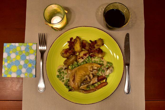 Parelhoen in champignonsaus, met erwtjes en gegrilde wortel, krieltjes met rozemarijn en rode ui.