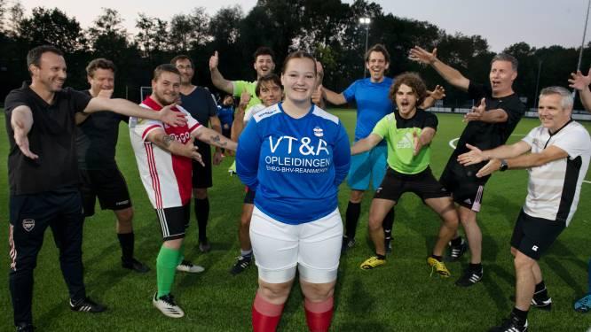 Voor het eerst mogen vrouwen met de mannen voetballen, Gabriëlle (19) is blij: 'Vrouwen zijn gemeen'
