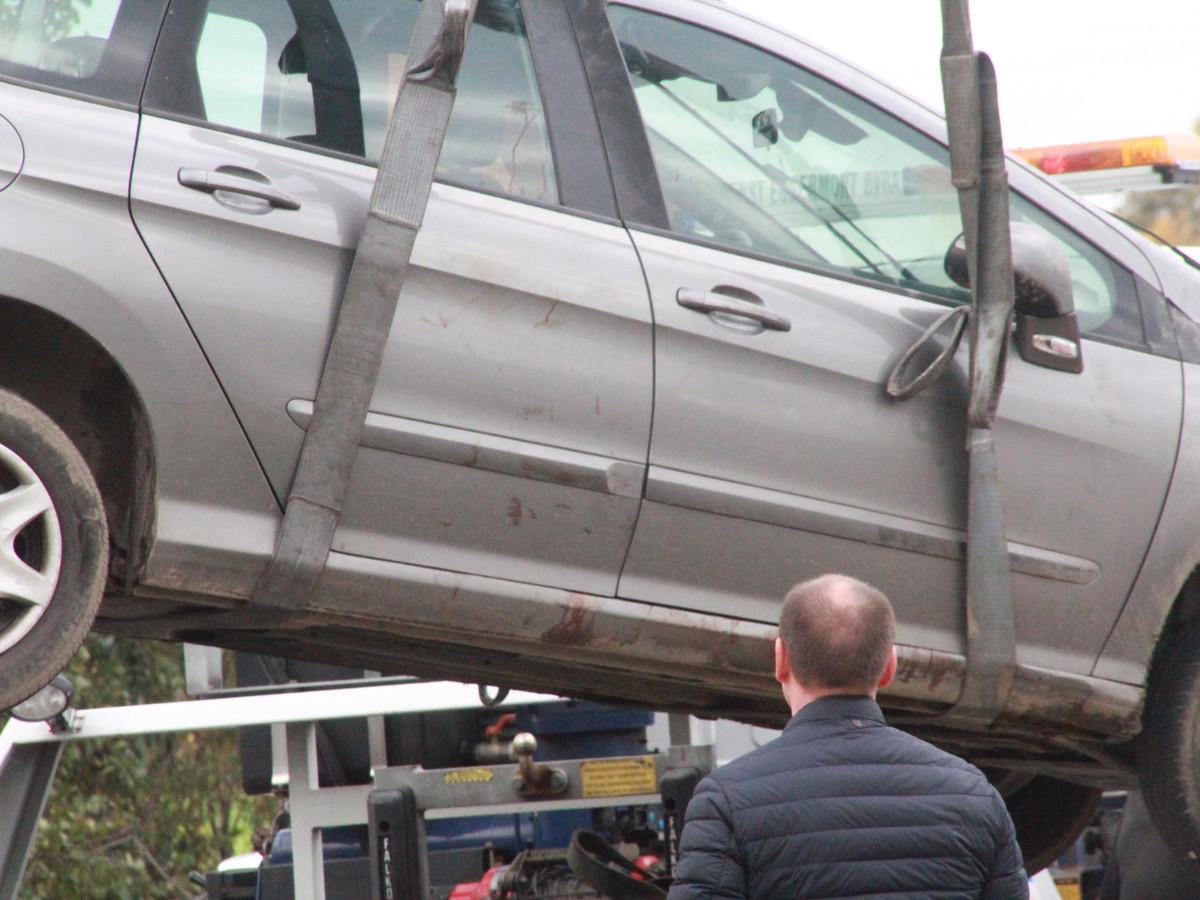 Aan de rechterzijde van de Peugeot 308 SW van het slachtoffer hing nogal wat bloed. De speurders vermoedden dat dit toch wel wat mensen moet zijn opgevallen, op het traject dat de dader aflegde.