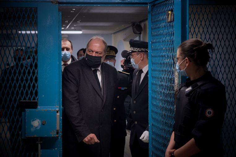 Eric Dupond-Moretti, de Franse minister van Justitie, gaat langs bij de St. Maur-gevangenis. Beeld AFP