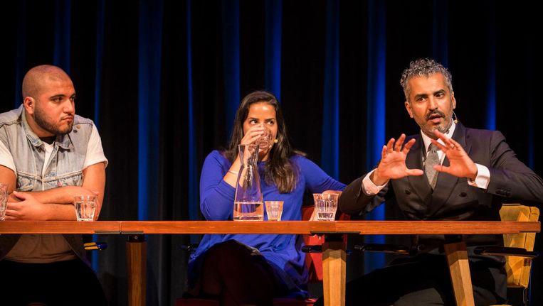 Maajid Nawaz (rechts) stelt in De Balie dat moslims en niet-moslims elkaar kunnen vinden op de gedeelde waarden van de mensenrechten. Beeld Maarten Brante