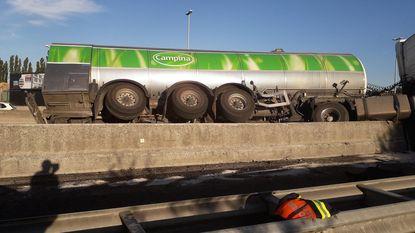 Trucker rijdt zich vast op betonblokken