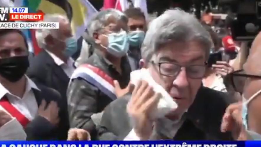 Jean-Luc Mélenchon a reçu un jet de farine samedi au départ d'une manifestation à Paris.